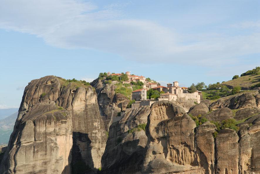 Η Ι.Μ. Βαρλαάμ ορθώνεται επιβλητική στους βράχους των Μετεώρων από τον 14ο αιώνα.