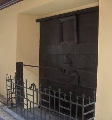 Η πύλη όπου απαγχονίστηκε … παραμένει κλειστεί από τότε και χρησιμοποιούνται μόνον οι 2 πλαϊνές είσοδοι