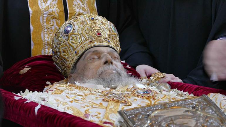 Πλήθος πιστών στην εξόδιο ακολουθία του μακαριστού Ποιμενάρχη μας, κυρού Ιγνατίου. Σε βαρύ πένθιμο κλίμα η ταφή του.